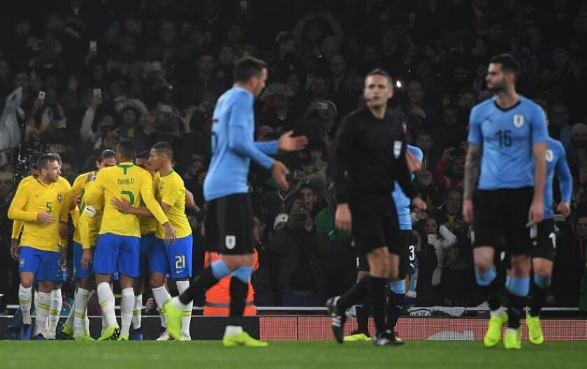 Brazil's players celebrate after team mate Neymar scored from the penalty spot against Uruguay during the friendly international soccer match Brazil vs Uruguay at Arsenal's Emirates Stadium in London, Britain, 16 November 2018. (Futbol, Amistoso, Brasil, Londres) EFE/EPA