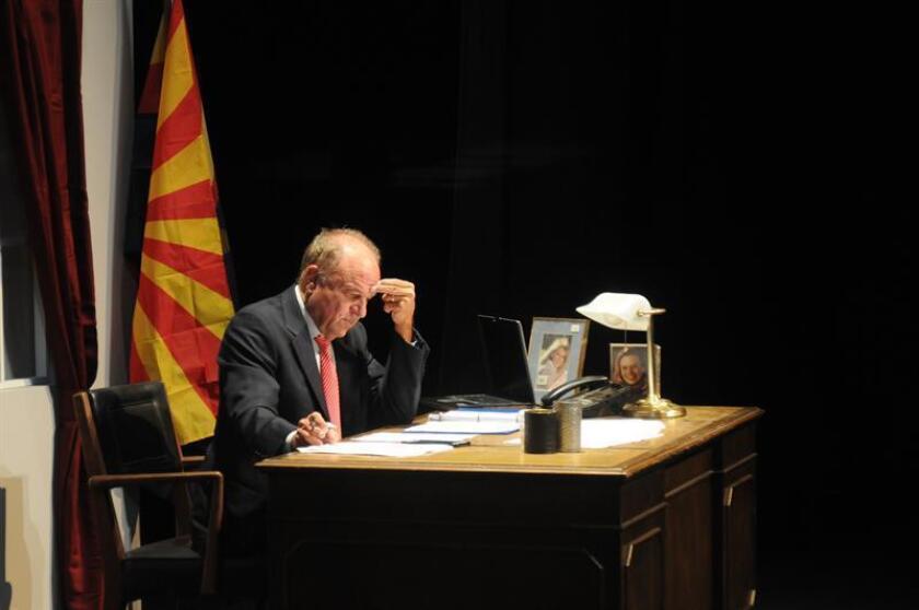 """Fotografía del 24 de octubre de 2018, donde aparece Grant Woods en el papel del senador Blair durante un ensayo de la obra teatral """"Dear Senator"""" (Querido senador) en el Centro de Arte de Tempe, Arizona (EE.UU.). EFE"""