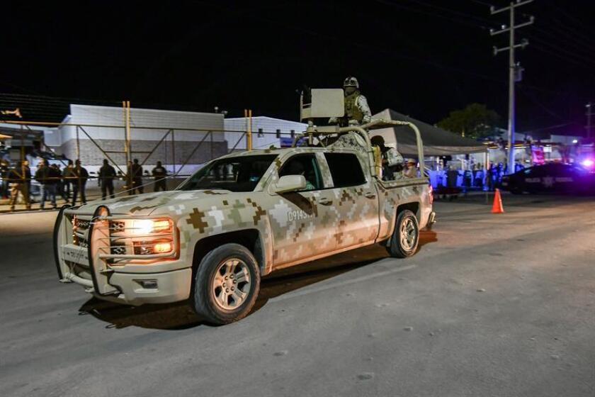 Miembros de las fuerzas armadas montan guardia en el albergue temporal habilitado por las autoridades de Coahuila este jueves, en Piedras Negras (México). EFE