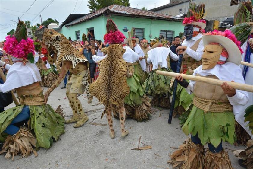 Un grupo de bailarines fue registrado este domingo al participar de la tradicional danza del Pochó, en el municipio de Tenosique (estado de Tabasco, México). EFE
