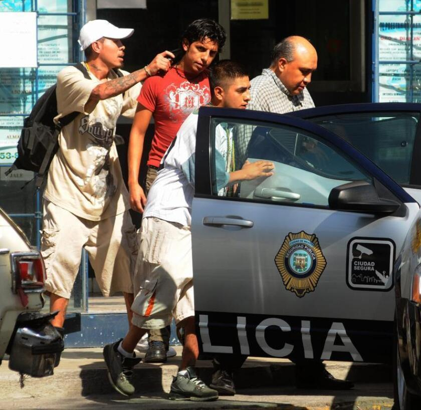 Asaltantes apuntan con sus armas hoy, miércoles 28 de abril de 2010, contra empleados de una casa de empeño que tomaron como rehenes al intentar asaltar el local ubicado en Ciudad de México (México). EFE/STR