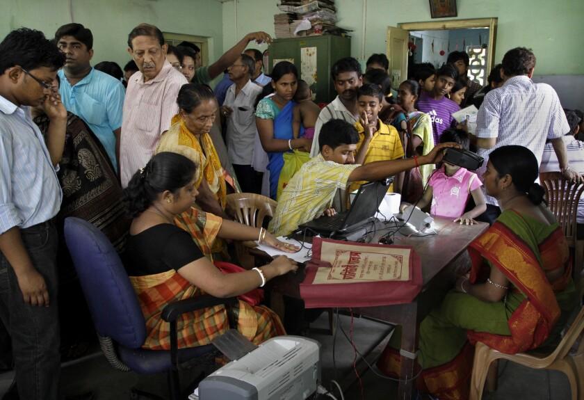 En esta foto del 16 de mayo de 2012, ciudadanos indios se inscriben en Aadhar, el proyecto de identificación indio, en Kolkata. Una empresa estadounidense de seguridad digital dijo el 22 de septiembre de 2021 que un grupo chino probablemente auspiciado por el gobierno hackeó dicha base de datos. (AP Foto/Bikas Das, File)
