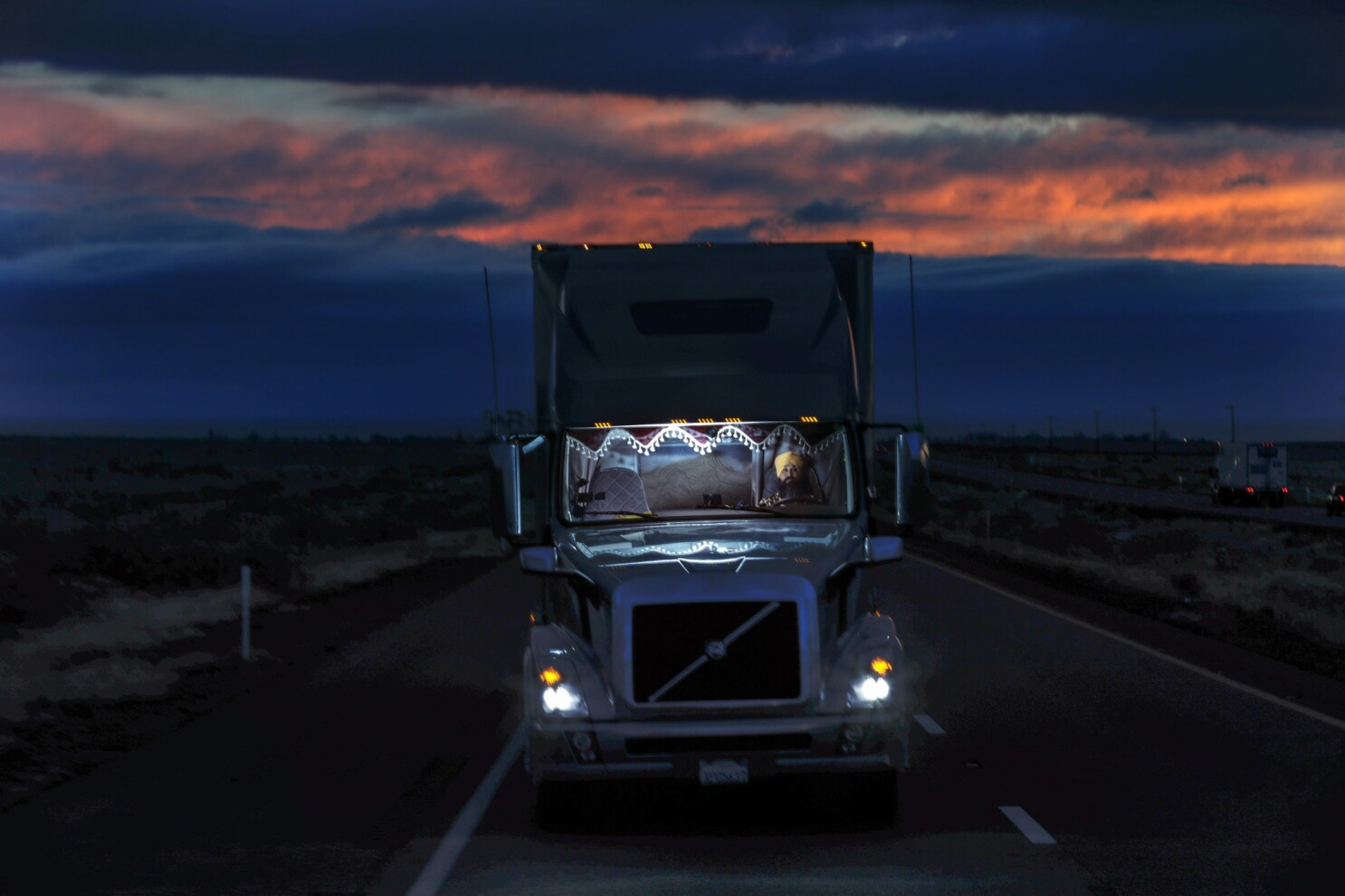 Sikh Drivers Are Transforming U S Trucking Take A Ride Along The Punjabi American Highway Los Angeles Times