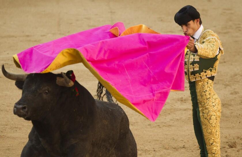 En esta imagen de archivo, tomada el 16 de mayo de 2011, el matador español Victor Barrio durante la feria de San Isidro, en la plaza de toros de Las Ventas, en Madrid. El torero falleció el 9 de julio de 2016 tras recibir una cornada durante una faena. tenía 29 años. (AP Foto/Daniel Ochoa de Olza, archivo)