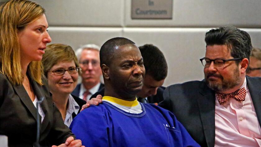 Kash Register comienza a llorar en la Corte Superior de Los Ángeles, en noviembre de 2013, al darse cuenta de que iba a ser liberado después de pasar 34 años en prisión por un crimen que no cometió. (Los Angeles Times).