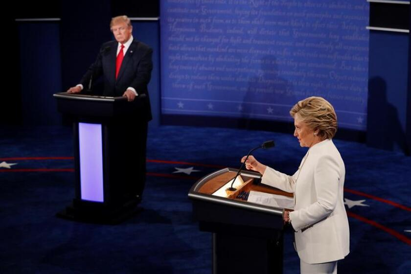 """La aspirante presidencial demócrata, Hillary Clinton, expresó hoy su """"respeto"""" a la Segunda Enmienda constitucional que protege el derecho a llevar armas en EEUU pero pidió más """"regulación"""" y criticó a su rival republicano, Donald Trump, por apoyar a la Asociación Nacional del Rifle (NRA)."""