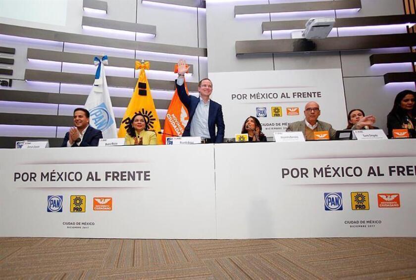 Fotografía cedida por el Partido Acción Nacional (PAN) hoy, viernes 8 de diciembre de 2017, que muestra a los miembros de la coalición Por México al Frente, (i-d) Damián Zepeda, Beatriz Mojica, Ricardo Anaya, Alejandra Barrales y Dante Delgado, mientras participan en una rueda de prensa en Ciudad de México (México). EFE/PAN