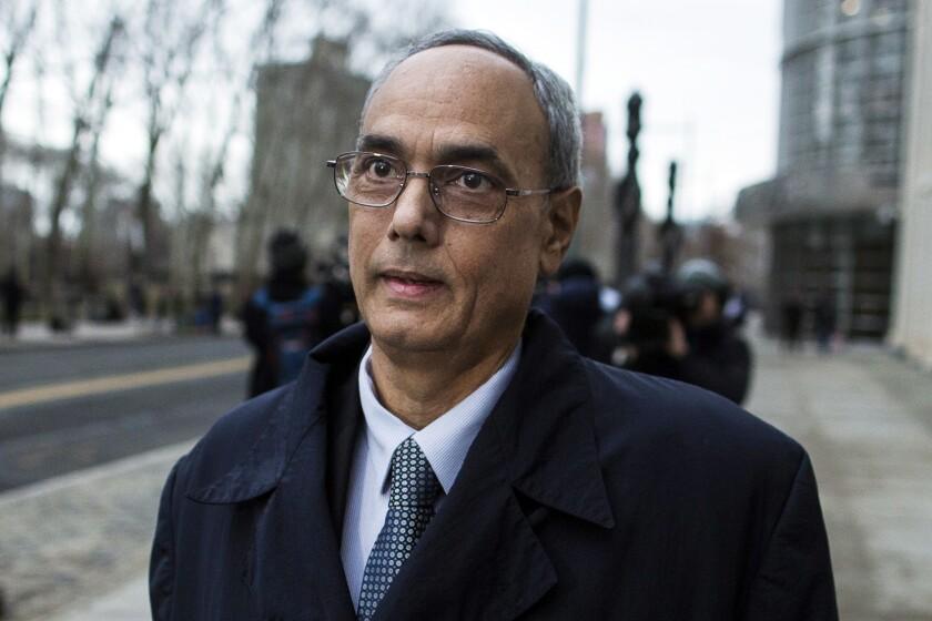 Manuel Burga, expresidente de la federación peruana de fútbol, sale de una corte federal en Brooklyn, Nueva York, el 22 de diciembre de 2017.