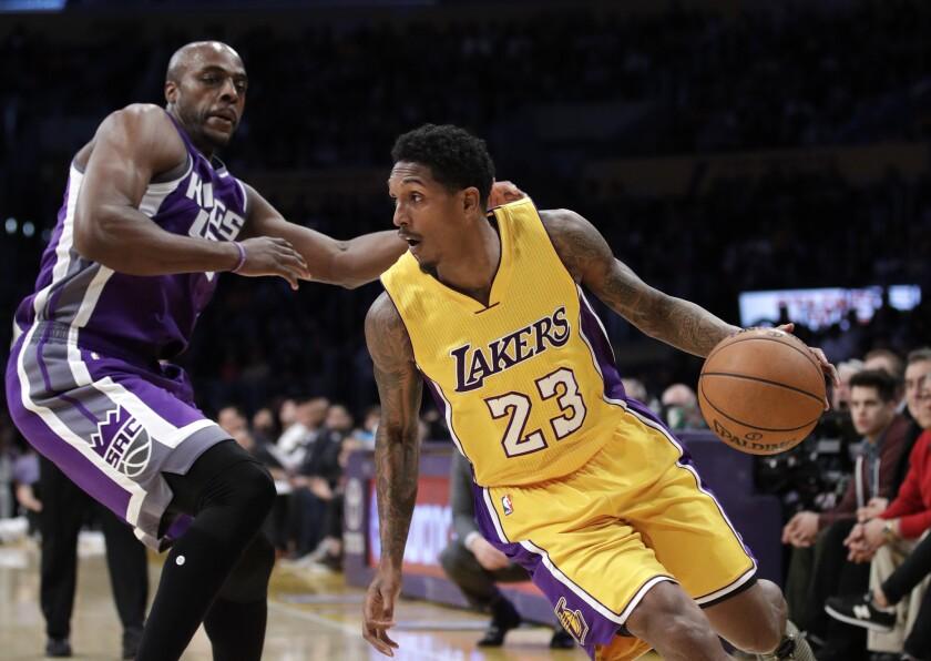 Los Lakers de Los Ángeles canjean al guardia Lou Williams.