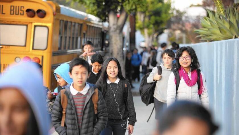 El año pasado se anunciaron cerca de 43,000 vacantes para maestros en California. Varios legisladores han propuesto una ley para hacer que la enseñanza resulte una actividad más atractiva (Al Seib/Los Angeles Times).