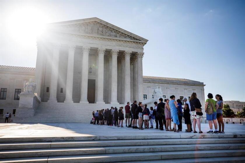 Varias personas hacen cola frente al Tribunal Supremo en Washington, DC. EFE/Archivo