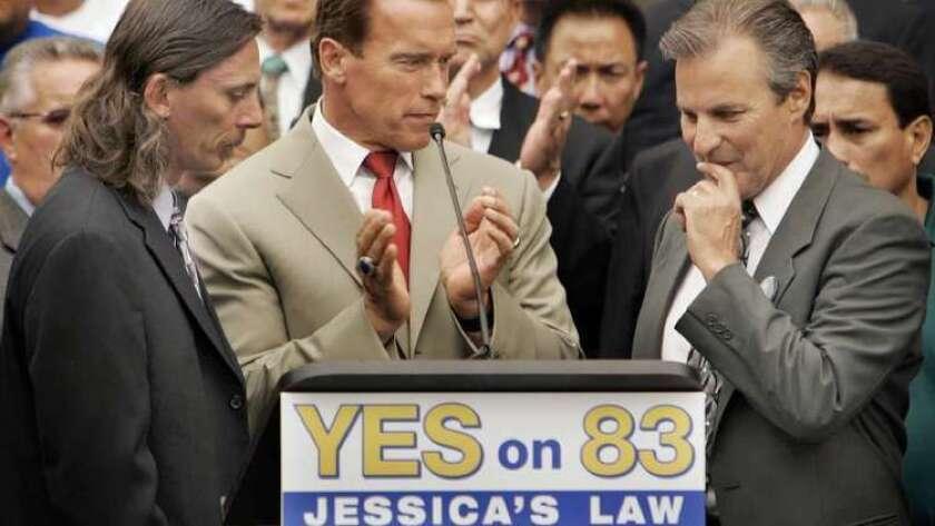 """En el 2006, el gobernador Arnold Schwarzenegger le pidió a los californianos que apoyaran la Proposición 83, mejor conocida como """"La Ley de Jessica"""". Al gobernador se le unió, en una conferencia de prensa, Mark Lunsford (a la izquierda) papá de Jessica Lunsford, y Marc Klass, (a la derecha) padre de Polly Klass."""