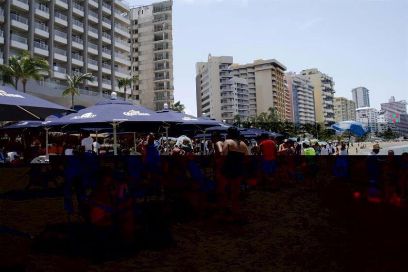 Varios turistas visitan una playa en la ciudad portuaria de Acapulco (México) el pasado 20 de julio de 2015. EFE/Archivo