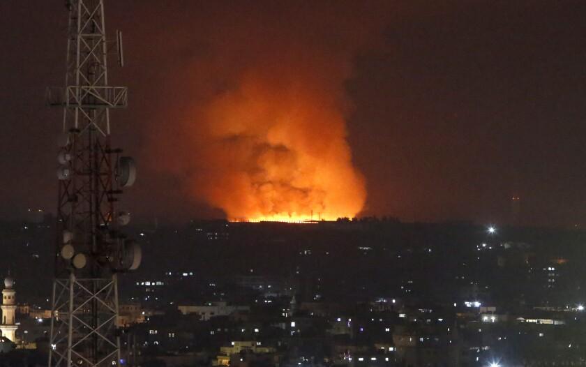Un incendio arde en la Franja de Gaza