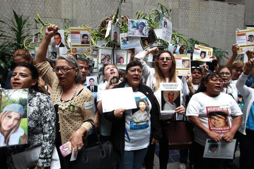 Familiares de personas desaparecidas se manifiestan con motivo de la conmemoración del Día Internacional de las Víctimas de Desapariciones Forzadas en Ciudad de México (México). EFE/Archivo