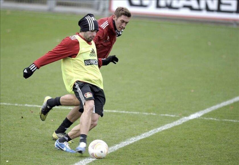 Los jugadores del Bayern Leverkusen, Dani Carvajal (izda), y Stefan Reinartz participan en un entrenamiento. EFE/Archivo