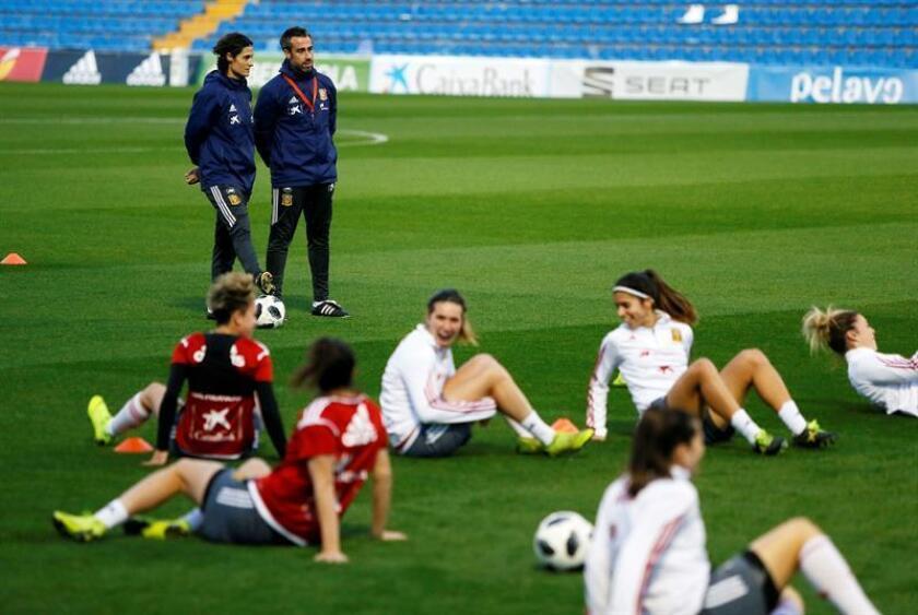 El entrenador de la selección española de fútbol femenino, Jorge Vilda (2i), durante un entrenamiento. EFE/Archivo