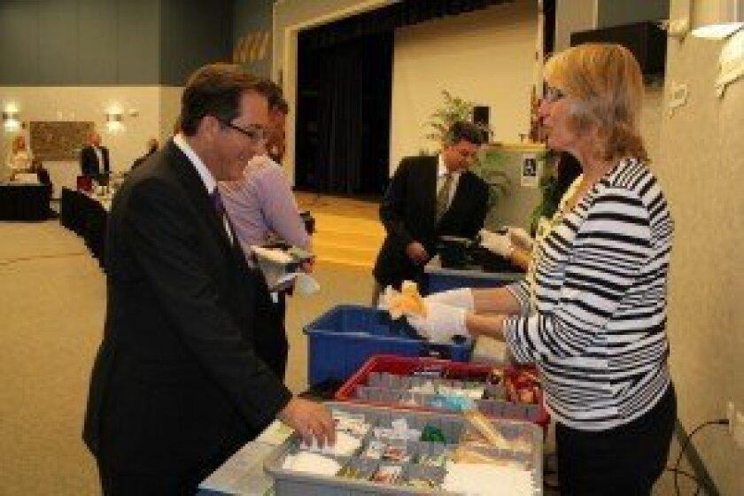 DMUSD board member Alan Kholos tries some food from Choicelunch. Photo/Karen Billing