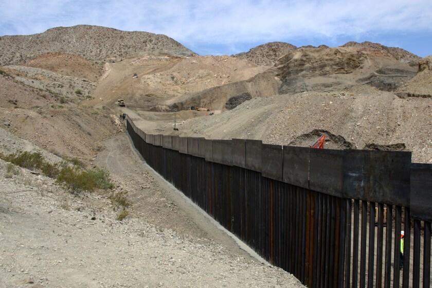 Estadounidense construye su propio muro en la frontera Ciudad Juárez-El Paso