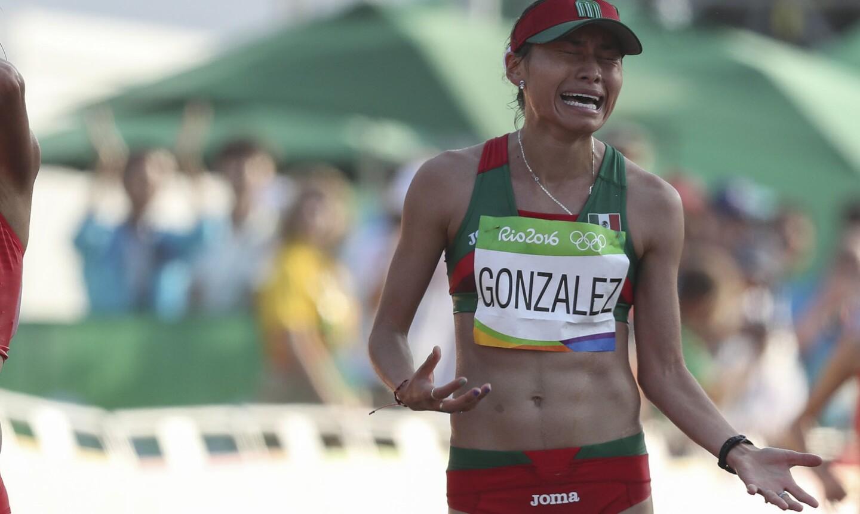 La atleta mexicana Guadalupe Gonzalez llora tras ganar la medalla de plata en la competencia de marcha 20km femenino en Río 2016.