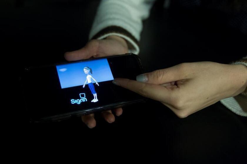 Una joven muestra la plataforma creada para dispositivos móviles que permitirá traducir el lenguaje de señas mexicano a texto y voz, para facilitar la comunicación con personas sordas en Jalisco (occidente de México). EFE