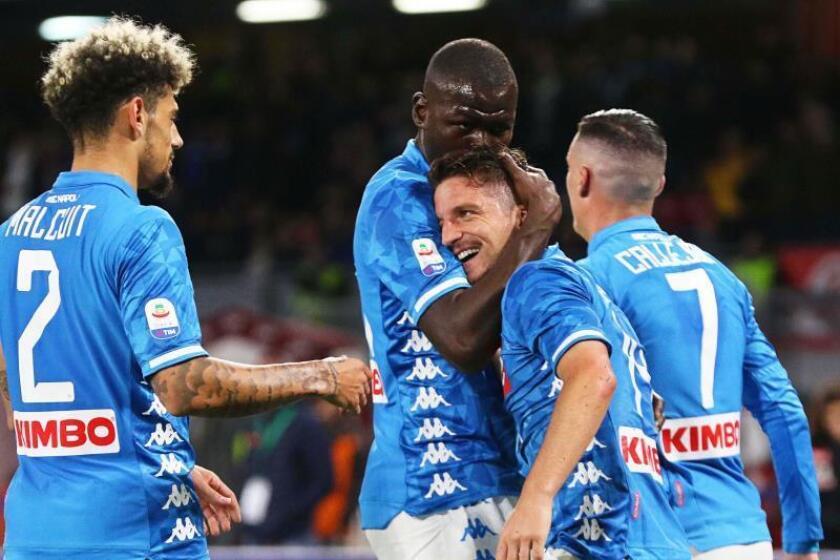 Los jugadores del Nápoles felicitan a Dries Mertens (2-d) tras su gol en el partido que han jugado SSC Napoli y Udinese Calcio en San Paolo, Italia. EFE/EPA