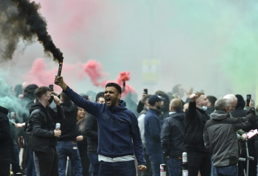Hinchas del Manchester United protestan frente al hotel donde el equipo se hospedaba