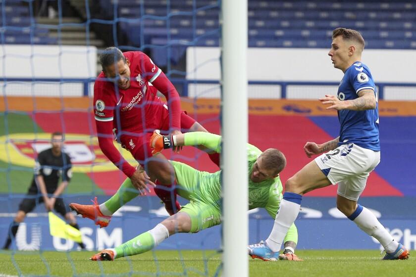 El delantero de Everton Dominic Calvert-Lewin, arriba, anota el segundo gol del equipo