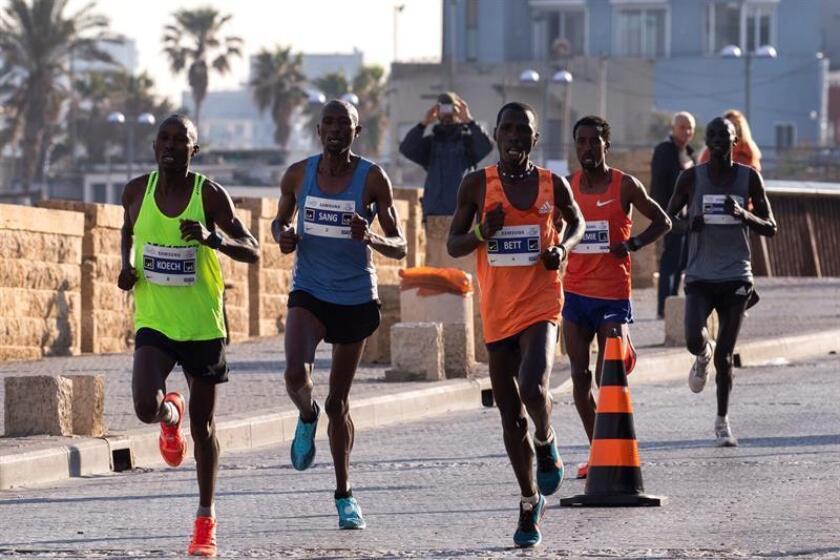Los participantes que lideran la maratón de Tel Avív, hacen su entrada en Jaffa, este viernes, en Israel. Alrededor de 40.000 personas participan desde primera hora de esta mañana en el maratón de Tel Aviv, el mayor evento deportivo de Israel, en el que participan 2.500 corredores internacionales, informan los organizadores. EFE