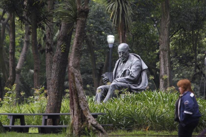 """Vista general de la escultura en honor al poeta español León Felipe hoy, martes 18 de septiembre de 2018, en el bosque de Chapultepec, en Ciudad de México (México). """"Llegué a México montado en la cola de la Revolución. Corría el año 23"""". EFE"""