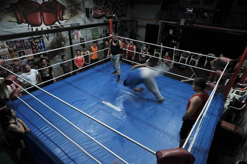 Fotografía del 10 de enero de 2019, de varias personas que entrenan para un espectáculo de lucha libre, en San José (Costa Rica). EFE