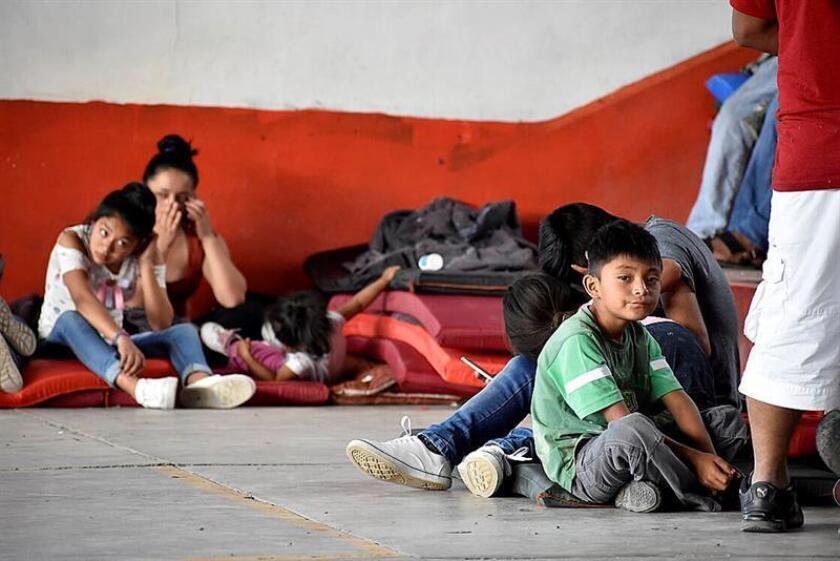 Personas de comunidades de la sierra de Guerrero permanecen en un albergue en la ciudad de Chilpancingo, en el estado de Guerrero (México). EFE/STR/Archivo