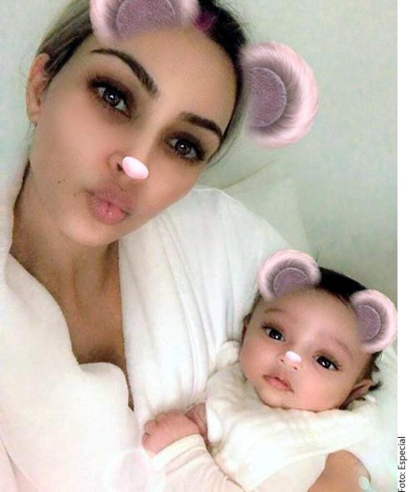 Las primeras imágenes de su bebé se dieron a conocer en el video que subió su hermana, Kylie Jenner, anunciando su embarazo y el nacimiento de su hija Stormi. En el video, se mostraba a Kim presentando a Chicago con su tía Kylie.