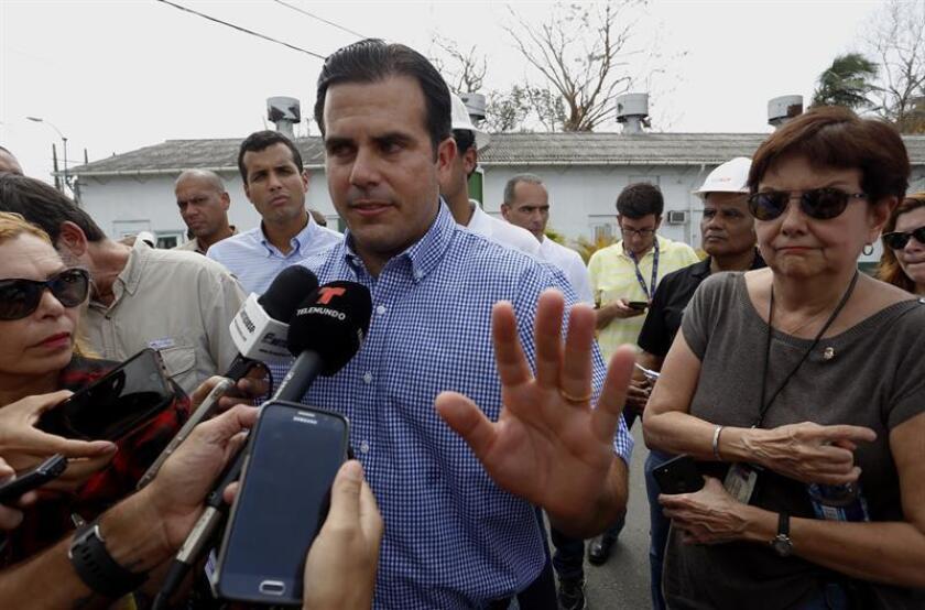 El gobernador de Puerto Rico, Ricardo Rosselló (c), habla con los medios de comunicación. EFE/Archivo