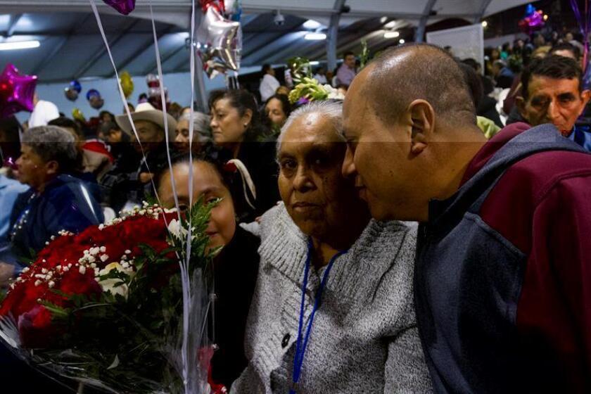 LAS108. LOS ÁNGELES (CA, EE.UU.), 27/12/2016.- Inmigrantes originarios de Puebla, México, se reencuentran con sus familiares hoy, martes 27 de diciembre de 2016, en el Consulado de México en Los Ángeles, California (EE.UU.). Tras años de separación de sus padres, unos cien inmigrantes mexicanos poblanos se reencontraron hoy con sus familiares en una emotiva reunión en Los Ángeles, California. EFE/Felipe Chacón