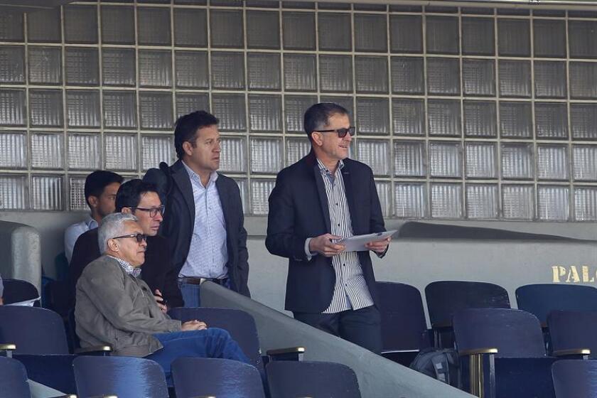 El técnico de la selección mexicana de futbol, el colombiano Juan Carlos Osorio (d), durante un juego amistoso entre los Pumas de la UNAM y la Selección Mexicana Sub-20, en el Estadio Olímpico Universitario en Ciudad de México.