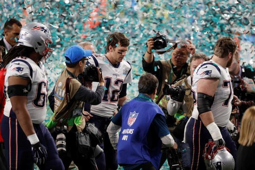 El quarterback de los New England Patriots Tom Brady abandona el campo tras perder la Súper Bowl contra los Philadelphia Eagles. EFE