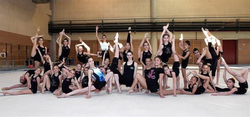 Grupo de entrenamiento del Club Ritmo en el Centro de Alto Rendimiento ( CAR ) de León donde siguen entrenamientos con gimnastas de Iberoamérica. EFE