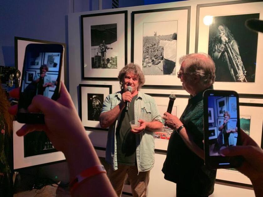 El cofundador del festival de Woodstock Michael Lang (c) habla durante la inauguración de una exposición el 6 de agosto de 2019, en Los Ángeles, California (EE.UU.). EFE/ Javier Romualdo