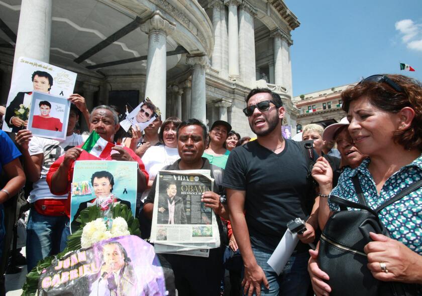 Decenas de personas esperaban la llegada de los restos del cantautor Juan Gabriel a las afueras de Palacio de Bellas Artes en Ciudad de México (México), pero nunca sucedió.