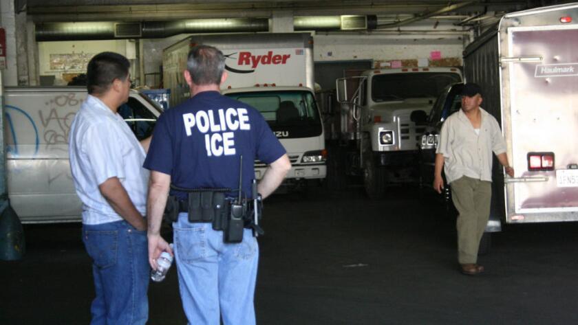 El reporte del consulado mexicano en L.A. revela que el 36% de los detenidos fueron capturados por ICE al salir de una cárcel.