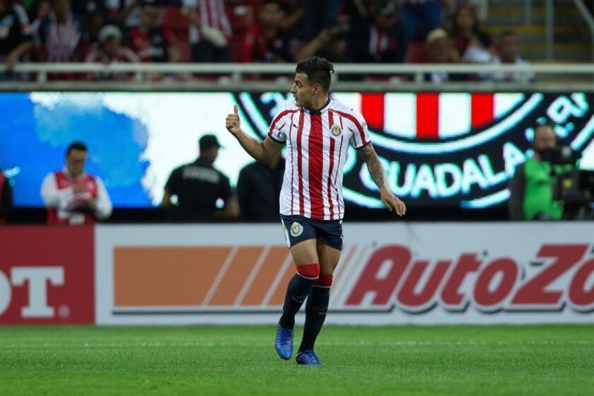 El jugador de Chivas, Alexis Vega, celebra una anotación ante Atlas hoy, durante el juego correspondiente a la jornada 7 del torneo mexicano de fútbol, celebrado en el estadio Akron, en la ciudad de Guadalajara (México). EFE