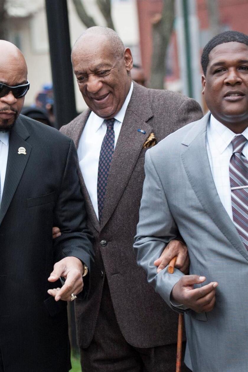 El comediante estadounidense Bill Cosby (c), a su llegada a la segunda jornada de audiencia previa para decidir si sigue adelante el que podría ser el primer juicio contra el actor en el tribunal del Condado de Montgomery en Pennsylvania,