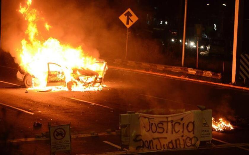 Una patrulla arde la madrugada de hoy luego de que un grupo de manifestantes que denunciaban un operativo policial en su municipio cerraran la autopista México-Pachuca, en el estado de México (México), causando caos vial y largas horas de fila tras más de siete horas de bloqueo. EFE