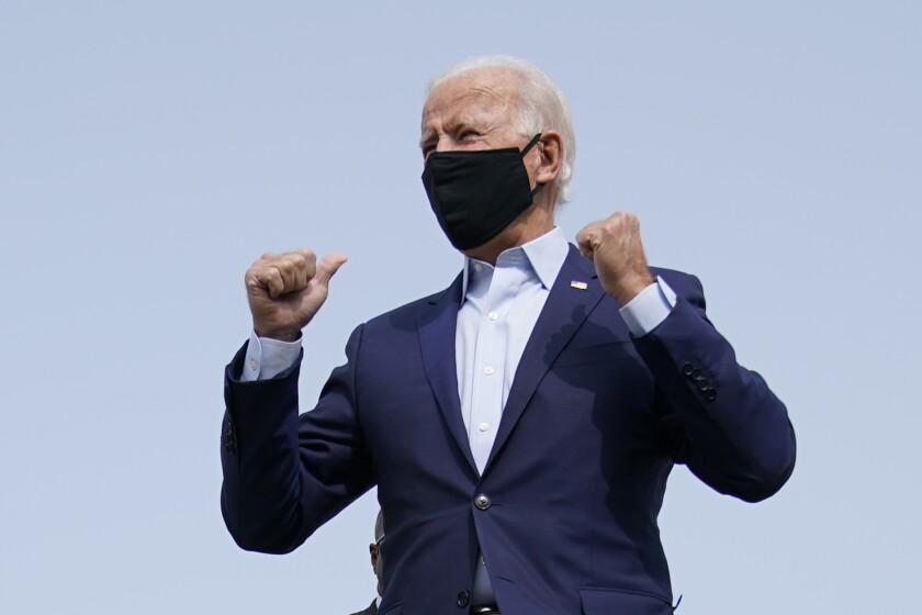 El candidato presidencial demócrata Joe Biden aborda un avión rumbo a Florida