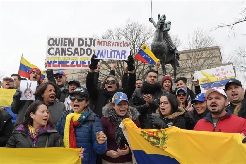 Decenas de personas sostienen pancartas y banderas venezolanas durante una manifestación de venezolanos en la plaza Simón Bolívar, en Washington (EE.UU.). EFE/Archivo