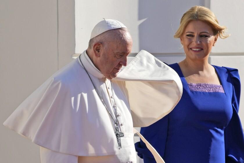 El papa Francisco, acompañado de la presidenta eslovaca Zuzana Caputova