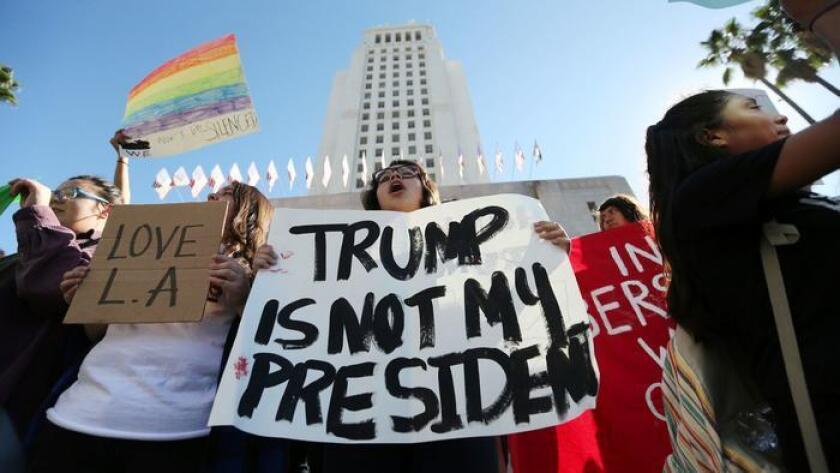 En noviembre pasado, estudiantes de distintas preparatorias protestaron frente al Ayuntamiento de L.A. y abandonaron las clases para manifestarse por la elección de Donald Trump; se planean más protestas para esta semana.