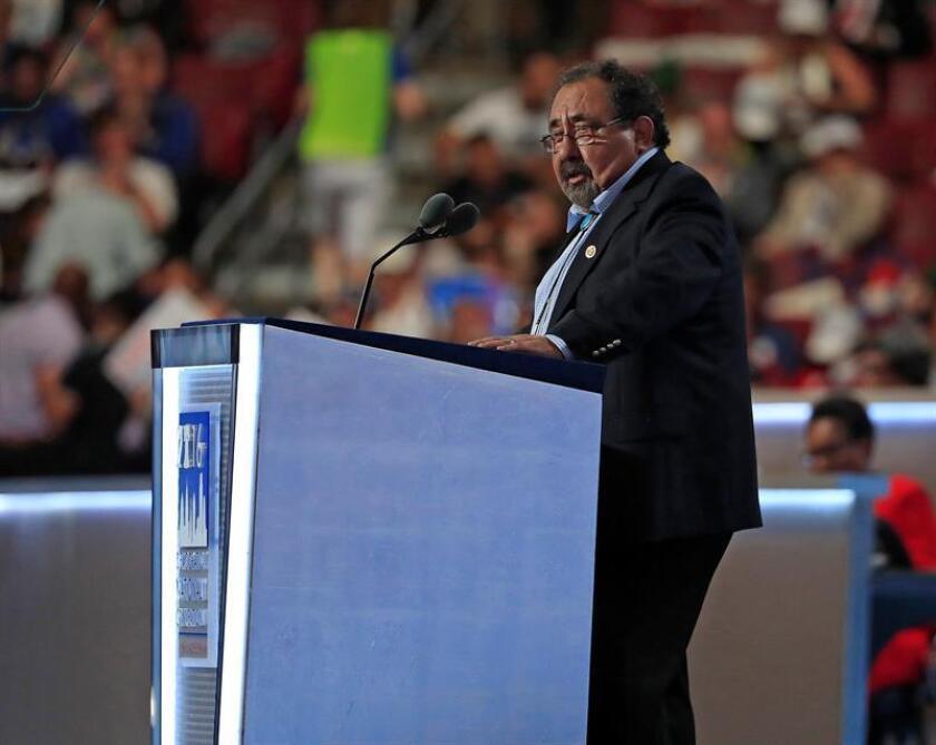 El representante Raul Grijalva habla en una conferencia. EFE/Archivo