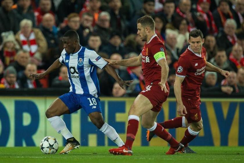 El jugador del Oporto Waris Majeed (izda) pelea por el balón con el jugador del Liverpool Jordan Henderson (c) durante el partido de vuelta de octavos de final de la Liga de Campeones disputado en Liverpool, Reino Unido, el 6 de marzo del 2018. EFE